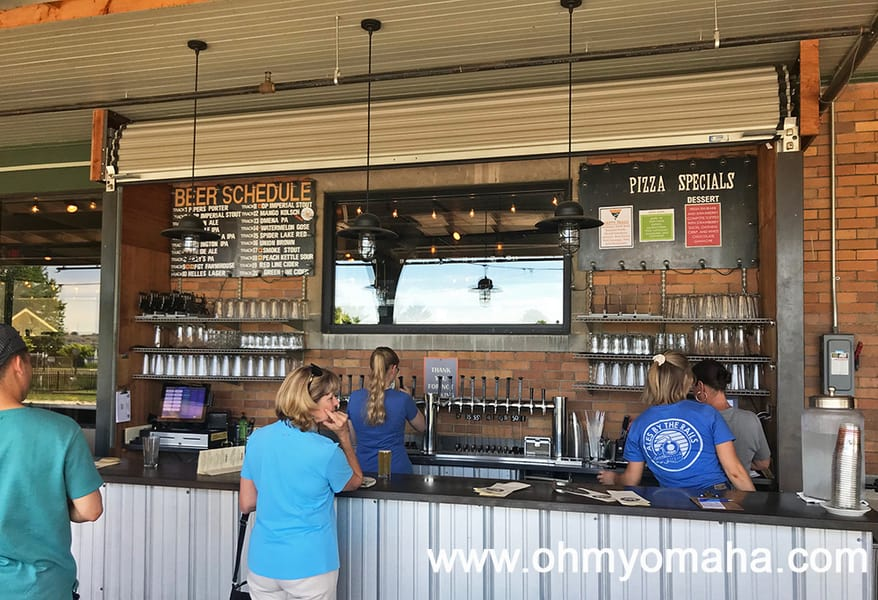 Where to eat in Traverse City, Michigan - Order pizza and a beer at the family-friendly outdoor bar at Filling Station